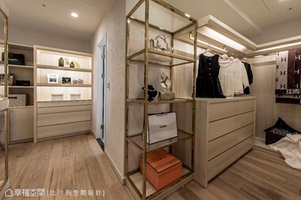 独立主卧更衣室,拥有大量的收纳空间,宛如精品专柜的设计,演绎现代时尚的空间主题。
