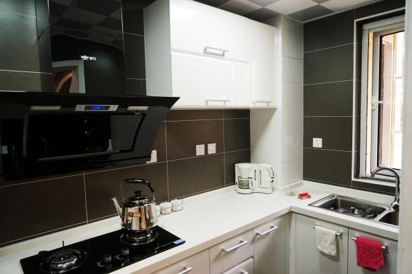 厨房烤漆橱柜和亚光材质墙砖有一个光泽感的反差。