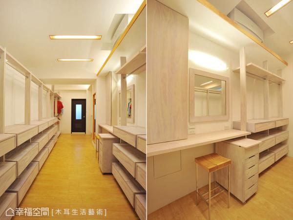 主卧更衣室挥别拥挤的印象,宽敞的走道两旁,安排梳妆台、置物柜、五金吊杆,并延续自然实木的灯盒,明亮又温馨。