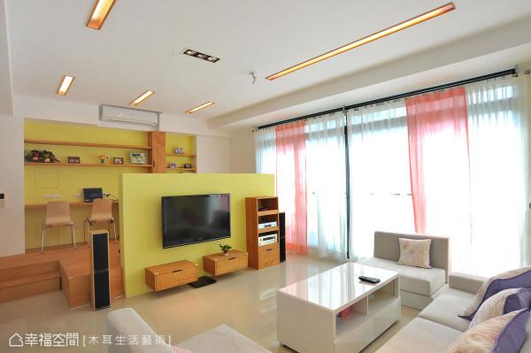 客厅电机墙不但具有隔间功能,不完全阻隔的设计,让双动线更为弹性,也放大空间感。