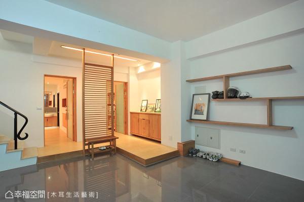 一楼的车库,右侧简易的实木架,摆放出入时常用的物件。