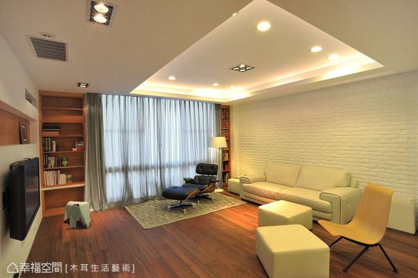 在客厅电视墙部分,简洁有型却能将视听的各项机能完整融合,单椅与沙发的搭配存在着特别安排,不成套的错落形式,没有一贯制式的桥段,可以发挥临场反应,来段即兴演出。