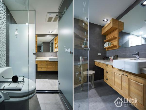 卫浴空间的淋浴房上也贴满了猫咪的脚爪,注入了一线生机