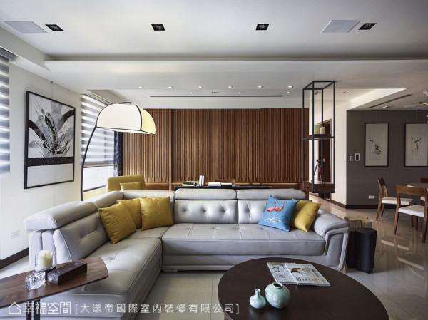 拆除隔间墙面后,客厅后方规划书房场域,开放式的设计让室内的动线和视觉得以延伸。