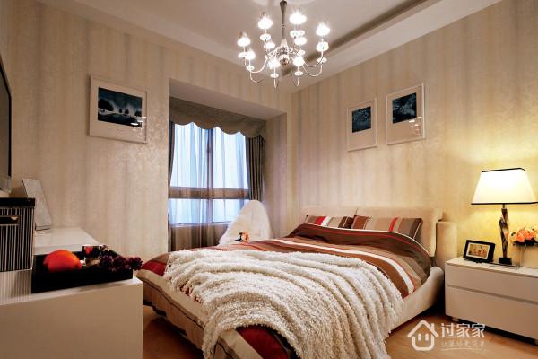 采用原木色壁纸,以及条纹的布艺床品,时尚。