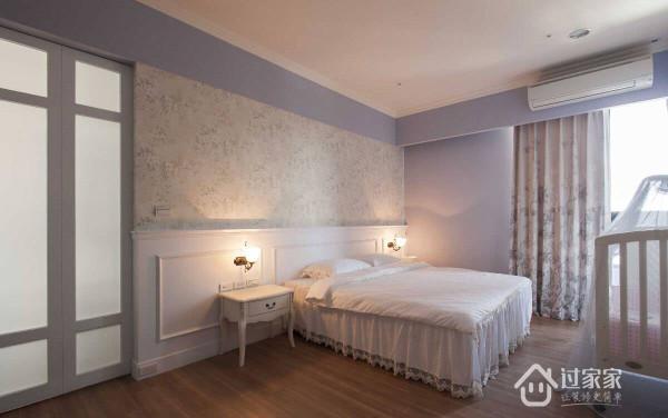 粉嫩紫色基调中,带入碎花壁纸与腰板设计,营造主卧房的浪漫氛围。
