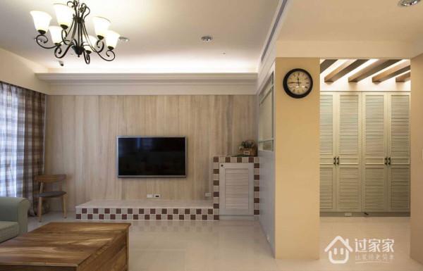 客厅电视主墙以木皮贴饰主墙面,搭配电视柜的磁砖拼贴,带出空间中的乡村复古味。
