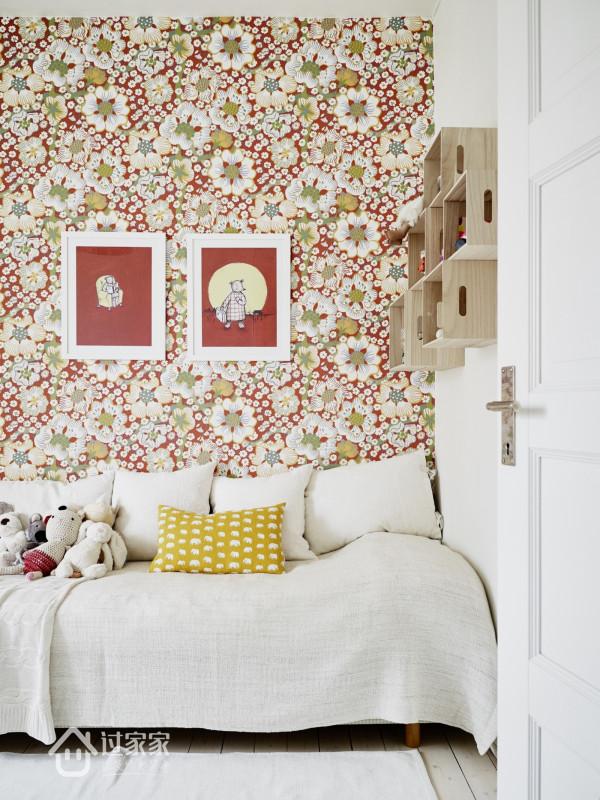 儿童房墙面使用了花色墙纸,房间内放置的布偶及挂饰都显得趣味盎然。