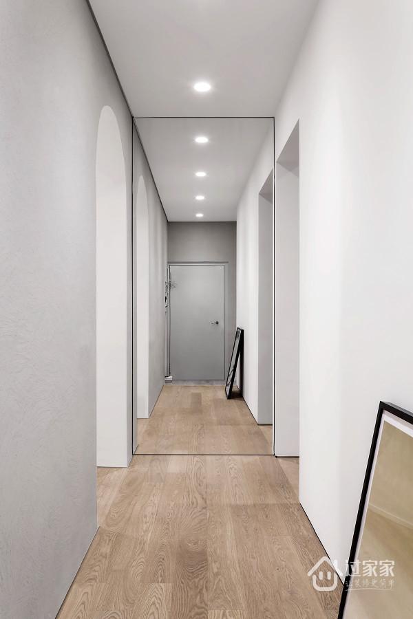 白色墙壁搭配木质地板,利用镜面效果将玄关处放大,让我们产生一种设计上的错觉。