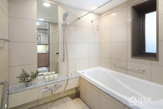 网格式瓷砖的地板,不仅具有防滑作用,还便于主人清洁打扫。白色的大浴缸,尽显舒适之感。长方形的镜子,起到了扩大空间的视觉效果。