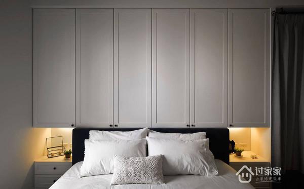大量的白搭配投射在床头后方的间接灯光,营造放鬆的休憩氛围。