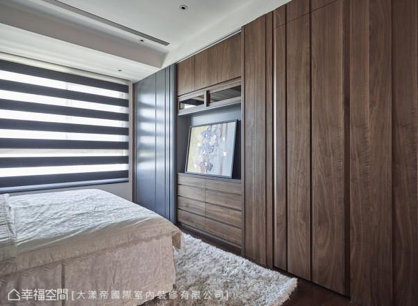 与全室所有的柜体一样,采用无框设计,化柜为墙的设计将收纳机能隐藏于无形,提升空间的美观度。
