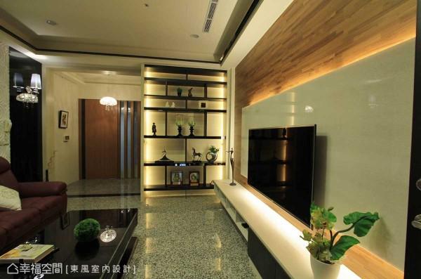 隔间的破除,串联了客厅与等候电梯区域的关系,创造出大而朗阔视野,景深底端设计师林嘉庆透过一扇拉门,即将楼梯的滞碍一笔带过。