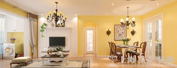 客餐厅效果图,整体的调子偏向鹅黄暖调,电视墙做了一组隔栅护墙板结合收纳电视柜体的造型组合,以白色为主提亮整体空间质感。装饰结合收纳一举两得。