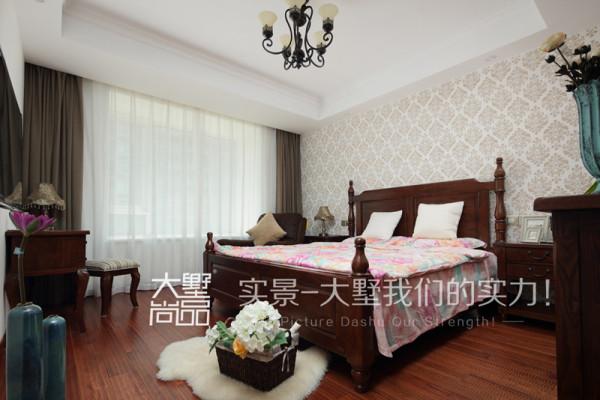 卧室采用的米黄色硅藻泥,做出花型,配上经典的美式家具,非常温馨浪漫,这是一个非常舒适的睡眠空间。