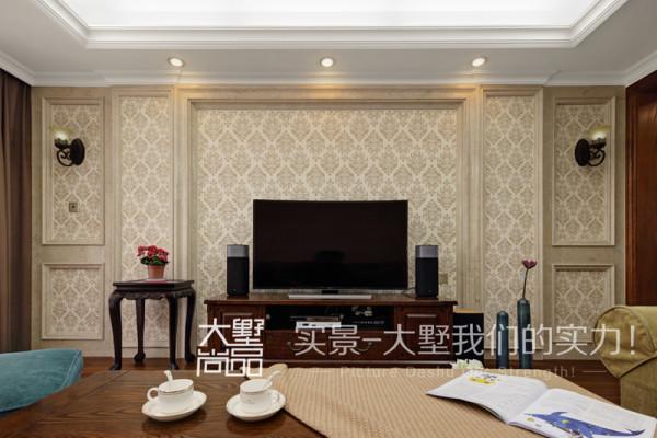 客厅电视背景用的天然大理石与硅藻泥的结合,硅藻泥做出了花型,搭配暖