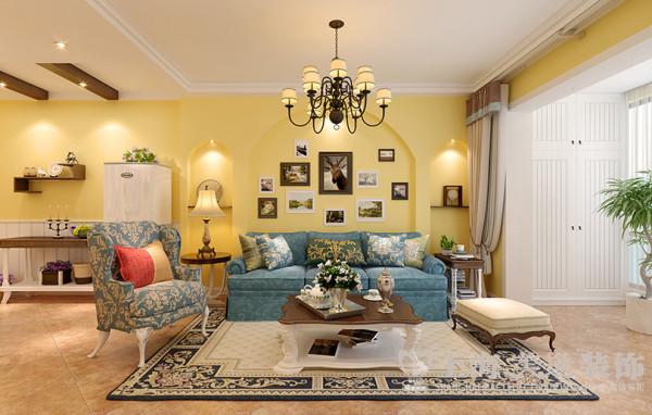 客厅沙发背景墙效果图,从入户到阳台门垛处长度较长,所以在背景墙设计了一组高低错落的拱形门洞,配以木质隔板,突出层次,不再单调。