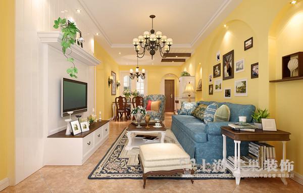 步入客厅,地面拼花的仿古砖铺贴,通过木质假梁和石膏板造型吊顶区分客