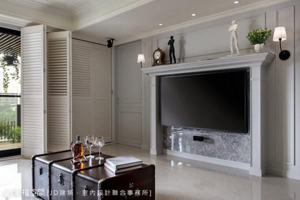 以壁炉造型框塑出电视主墙,并利用上方台面的深度作为展示机能,用以陈列各式收藏或生活照。