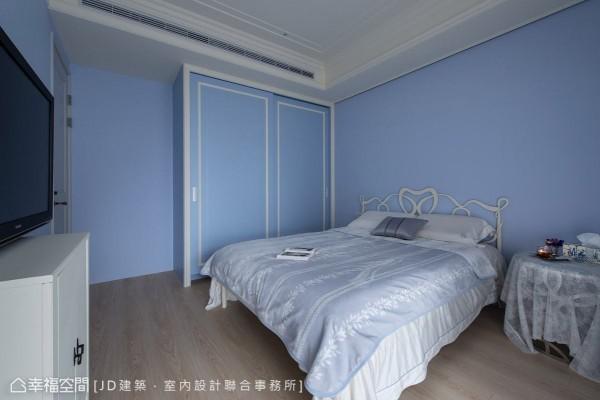 预备作为小孩房使用的次卧房,以活泼的蓝色为主题,展现天真烂漫的空间表情。