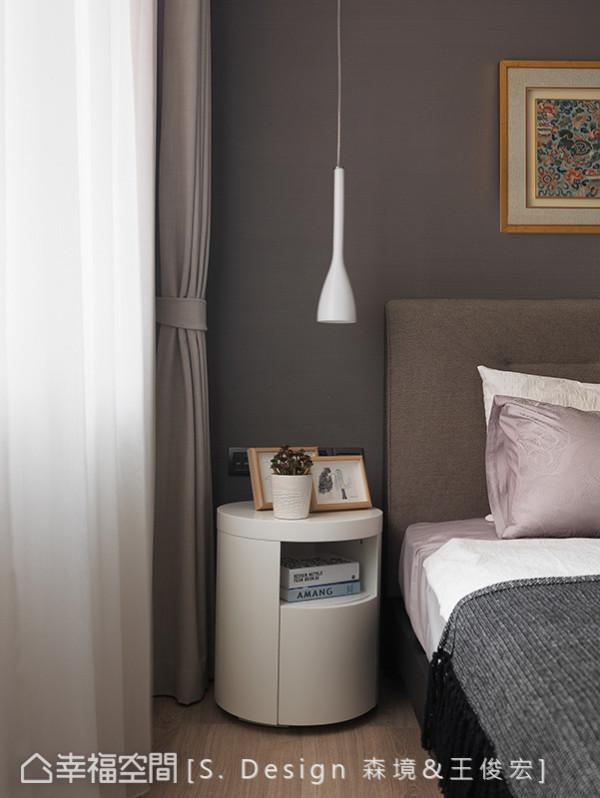 线条简约的阅读灯与可置放书本的床边桌,让屋主能享有睡前阅读时光。