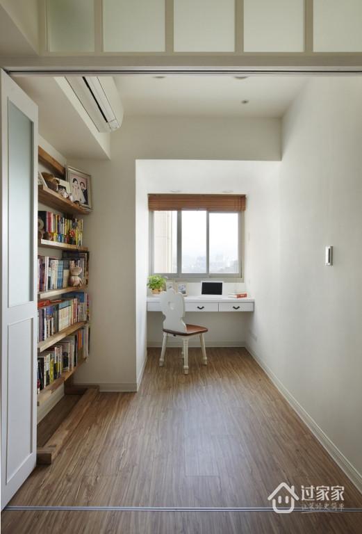 书房区域以木地板铺陈,挹注温润的温馨意象。