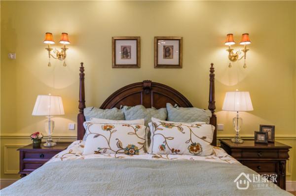 主卧采用厚重的美式家具,装饰具有对称美。