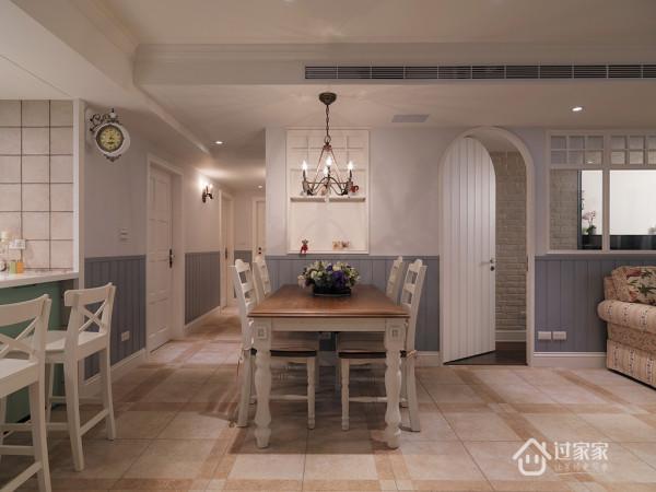 利用客厅、厨房间的区域作為餐厅空间,主墙部分以内嵌方式规划,强调和谐舒适。