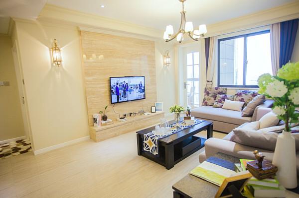 电视背景墙利用米黄洞石,既增加整体空间的协调,又利用两边的壁灯,增加了空间的跳跃感。