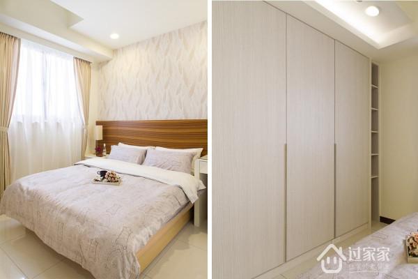 壁纸混搭木色的睡眠空间,床尾处的展示段落巧妙轻盈化柜体连续性铺陈產生压迫。