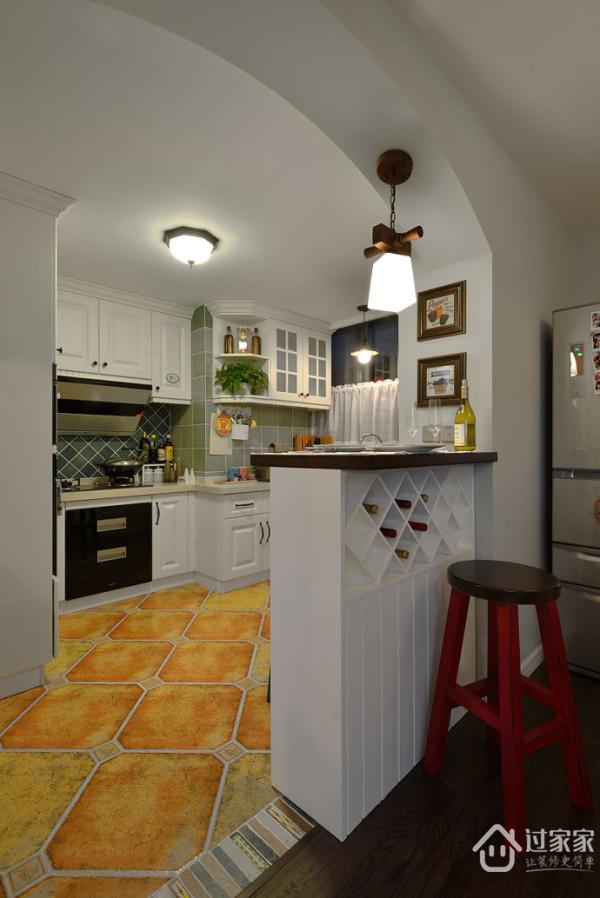 设置了小吧台下面可以储存红酒。