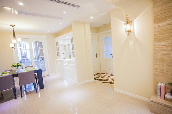 客厅往餐厅,简单利索的处理方法,新美式,没有繁杂的造型,只有营造的氛围。