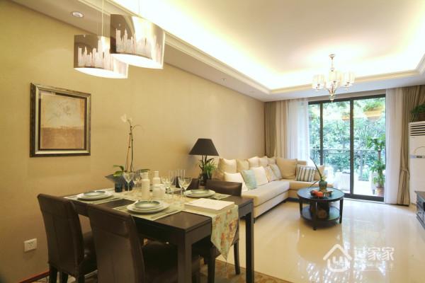 一块地毯,便简简单单地划分了客厅与餐厅。