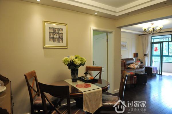由于房间的原因,不能摆很长的餐桌,餐桌是后来去淘的,上海本地厂家生产的。可贵的1是尺寸比较小,2是颜色款式很搭。3是价格便宜,毫不犹豫拿下。