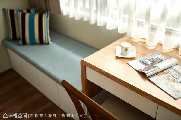 于窗边设置屋主喜爱的卧榻机能,结合一旁的书桌与窗外洒进的阳光,成为一处纾压的小角落。