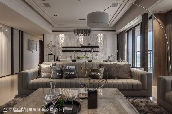 从客厅望向后方的餐桌区,揉合些许华丽的视觉与艺术线条,展现质感非凡的欧风氛围。