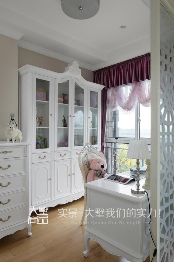女儿房的书房同样以套房的形式出现,浅色家具配以米咖色墙纸,为业主女儿提供了一个轻松安静的读书环境。