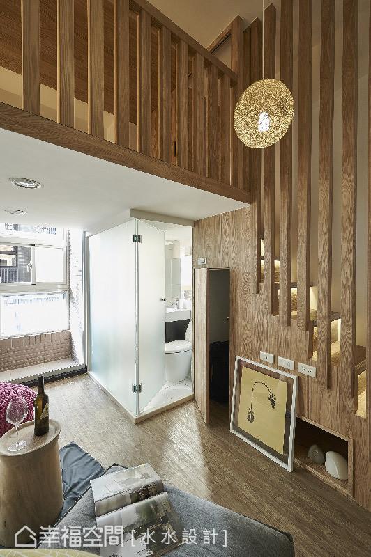 沿着梯下的木纹墙面,挖出一处可供收纳的绝佳的规划