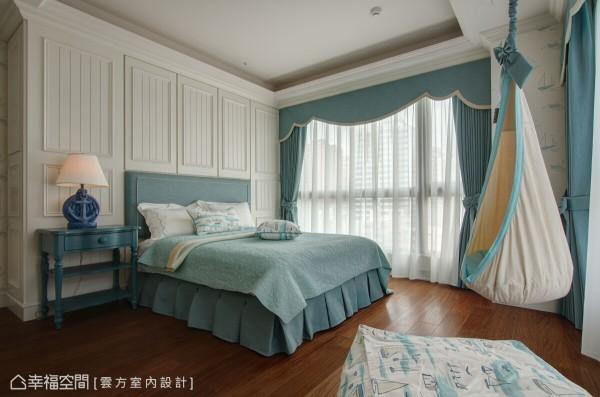 云方室内设计在大女孩房的规划上,以水蓝调性的海洋风为题,并装置一张秋千吊椅,徜徉其中、挥洒设计的想象力。