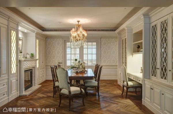 气势非凡的餐厅,云方设计以开放性的格局规划,将书房、壁炉与收纳柜连结一起,并采用古典的 优美线板与窗格造型,让华贵气韵弥漫其中。