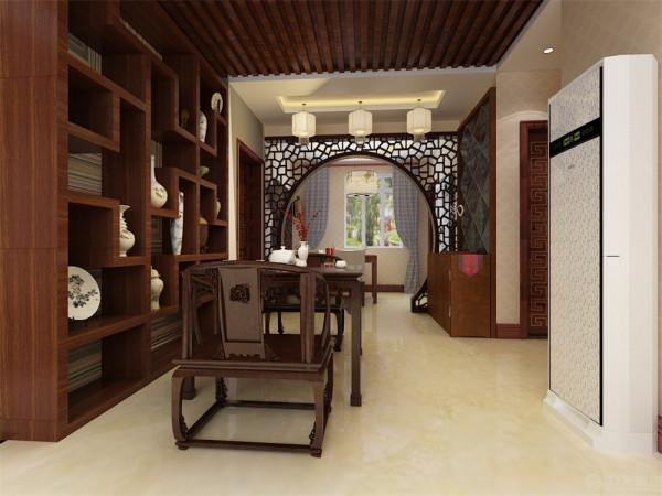 客厅的电视背景墙采用镂空实木板镶嵌,后面附带中国风字体书法。沙发背景墙采用实木板拼接,显得宏伟大气,并与电视背景墙交相呼应。