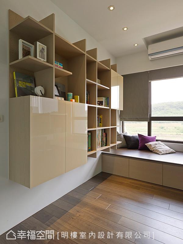 书房后方的墙面利用层板搭出书柜区,一次满足展示与收纳机能。