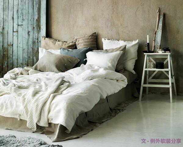 4. 随意党 【枕头+多种靠垫】    摆床也可以根据个人的喜好来,你也可以随意摆,不必太拘谨。选择多放几个,大小不同、形状各异,随意得扎放在一起,通常不会出错。