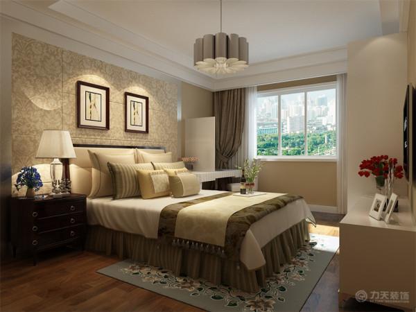 卧室方面,在房间顶部做一个简单的石膏板吊顶一圈边线,并且吊顶下叠两层的石膏板。墙面刷乳胶漆,床头背景做的是一个壁纸外加不锈钢圈边的造型,整体家具也是以米色系为主。