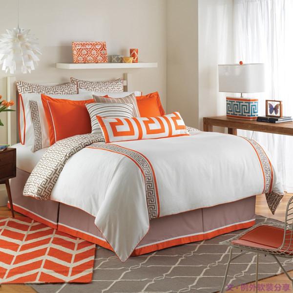 为什么酒店的床看起来会很舒适?而自己的床就没有这种感觉?问题出在哪里?出在了摆床,摆床可是高端酒店服务员必备的一课。卧室床的舒适度和床、房间的大小没多大关系。