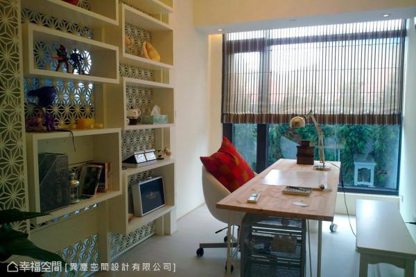 异尘空间设计依照用户的生活型态,细腻规划空间格局与特色,在书房内以穿透感的隔屏与电视墙相链接。