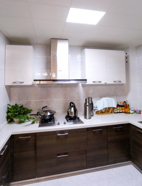 厨房的设计也是延续了公共空间的手法,深色与浅色的对比,呼应整个空间的设计效果。