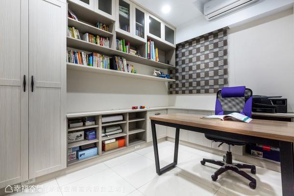 沿着墙面安排L形多元收纳展示柜体,创造机能强大的书房&工作室空间。