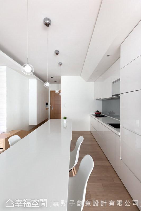 将餐吧空间相互连结,利落的线面处理,营造视觉上的流畅感。