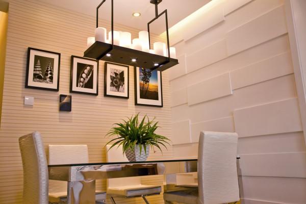餐厅在硬装上利用直线纹理的墙纸延伸了背景墙的设计,做到连贯统一又有区别。